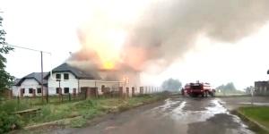 Пожар после удара молнии в дом