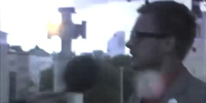 удар молнии в памятник и человека
