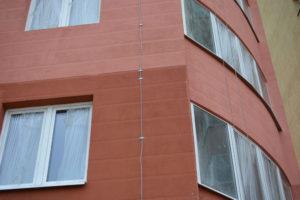Молниезащита ТерраЦинк на стене многоэтажки